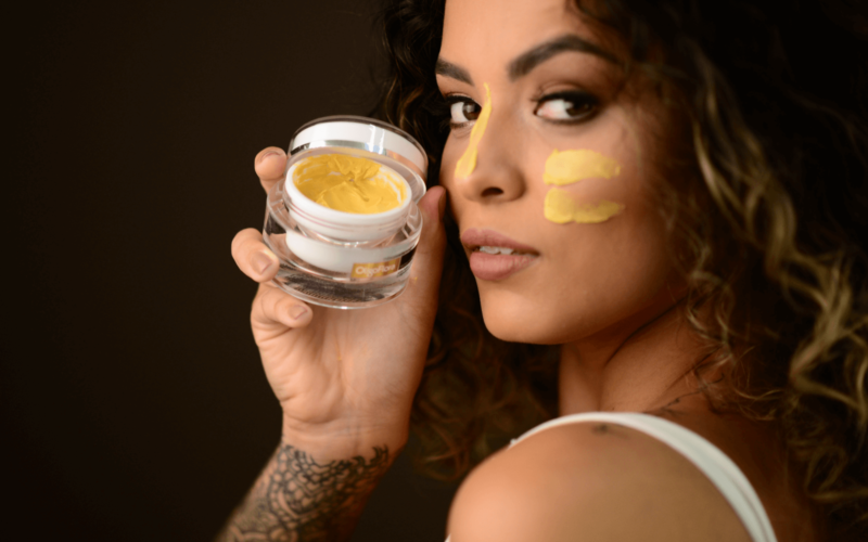 Imagem-Modelo-Máscara-Ouro comp